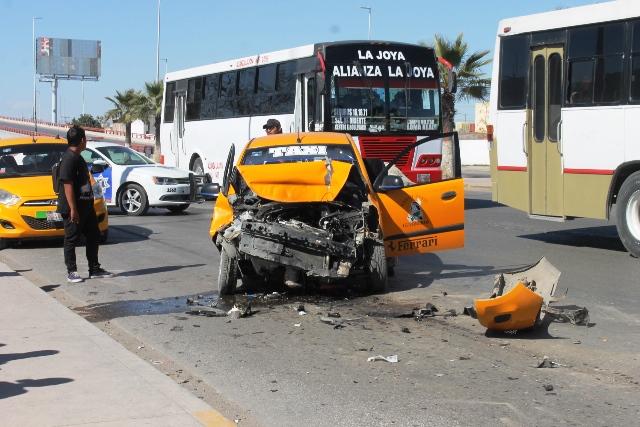 Taxista se impacta contra camión de pasajeros, sale lesionado
