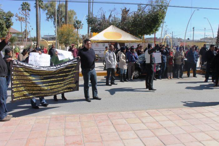 """Maestros se manifiestan, coreaban  """"Ni un voto al PRI, ni al PAN"""" en Matamoros"""