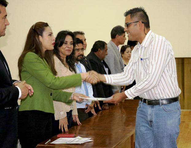 Entregan reconocimientos a estudiantes destacados de la UA de C