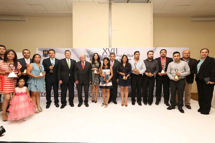 """Entregan Premio de Periodismo Cultural """"Armando Fuentes Aguirre"""": Universidad Autónoma de Coahuila"""