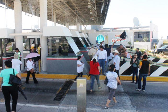 Maestros de San Pedro, toman caseta de autopista a Saltillo