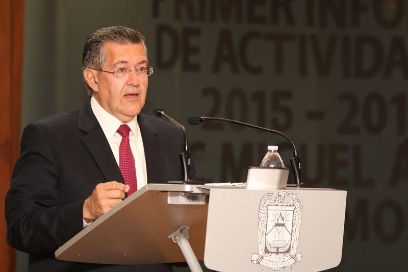 El rector de la Universidad Autónoma de Coahuila, Blas José Flores Dávila, reconoció la excelencia académica de los egresados de la Facultad de Ciencias de la Comunicación por los resultados obtenidos en el Examen General de Egreso (EGEL).