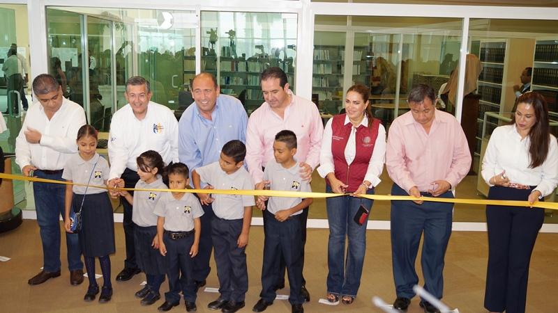 El Rector Blas José Flores Dávila y Gobernador Rubén Moreira Valdez, encabezaron el corte de listón y donde también se develó un busto alusivo al torreonense.