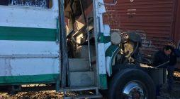 Autobus de ruta es embestida por la 'bestia de acero' en San Pedro