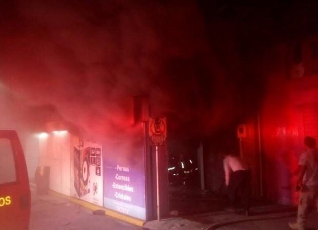 Fuego consume tienda de regalos en el centro