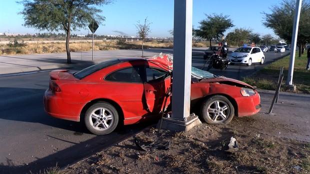 Pierde control de su auto y termina impactándose contra poste