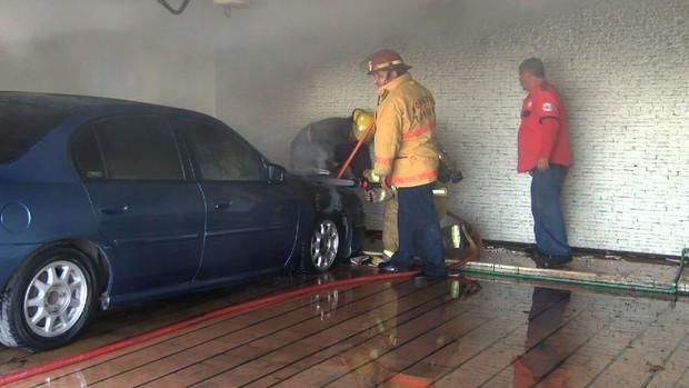 Se incendió vehículo en la cochera de su casa