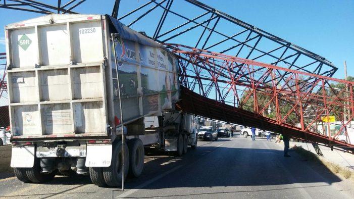 Camión se lleva puente peatonal en Hormiguero